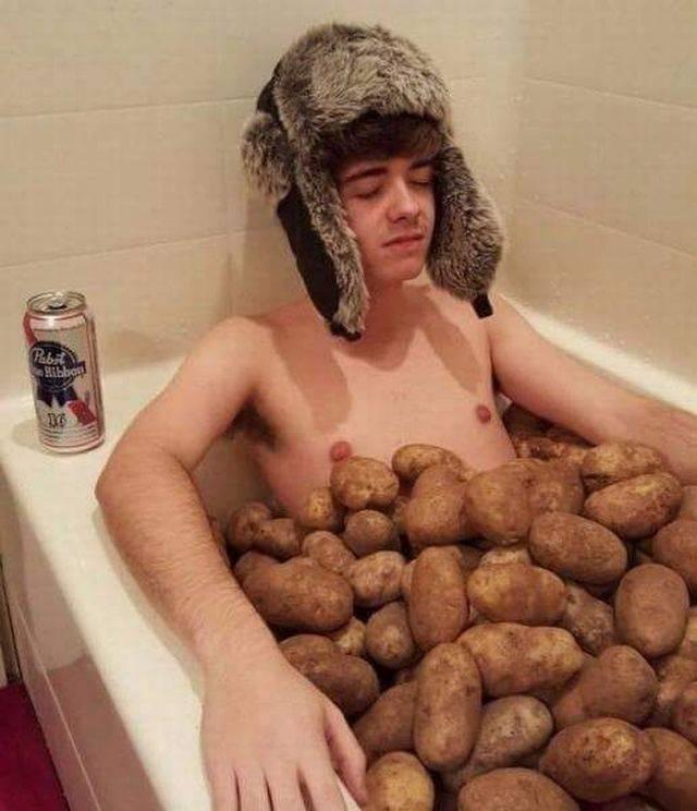 парень в ванне с картошкой