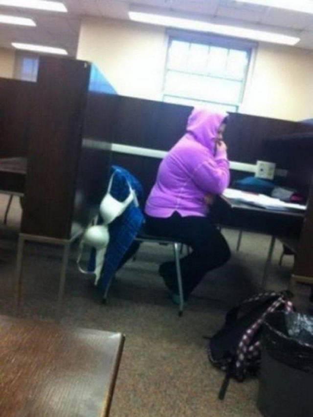 лифчик на спинке стула