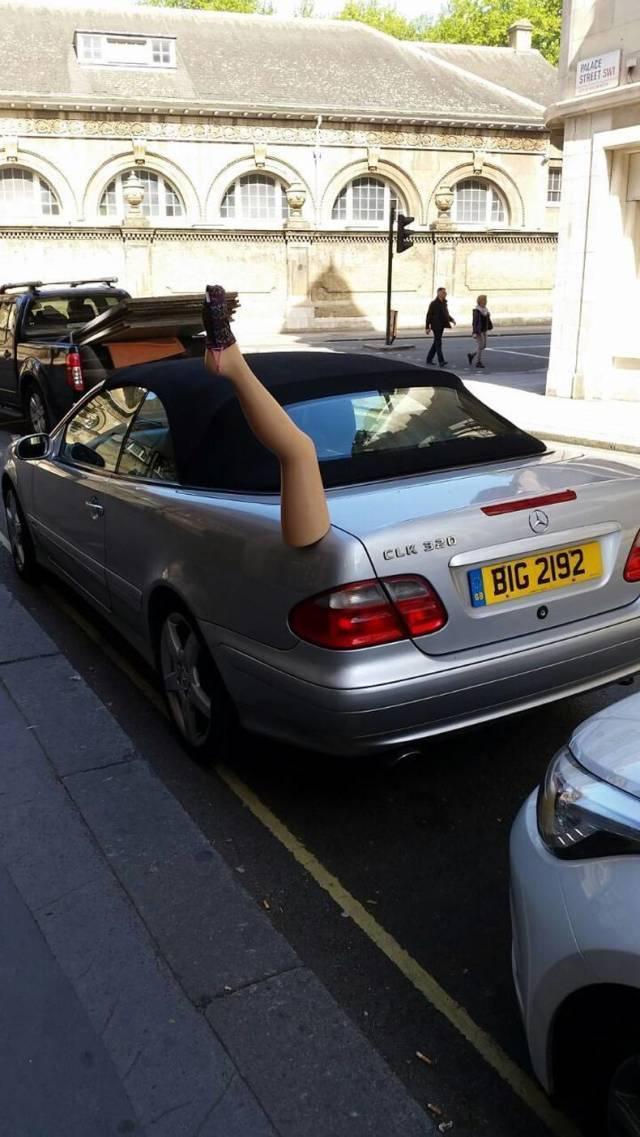пластмассовая нога на багажнике машины