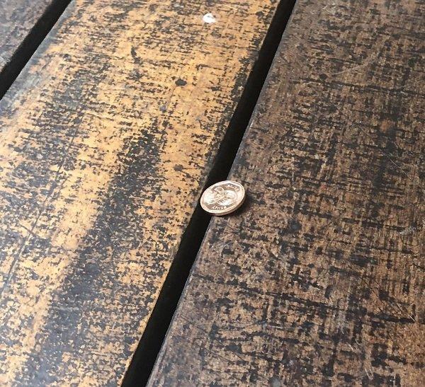 монета лежит на щели
