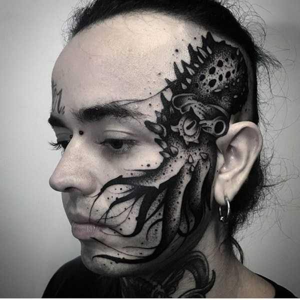 девушка с татуировкой на лице