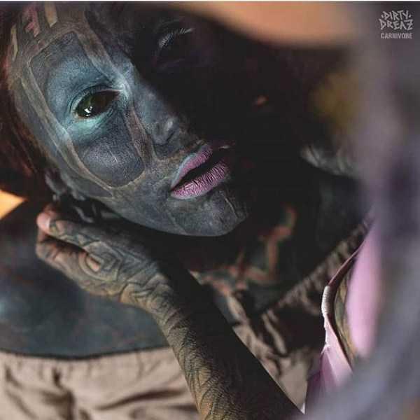 женщина с черным лицом
