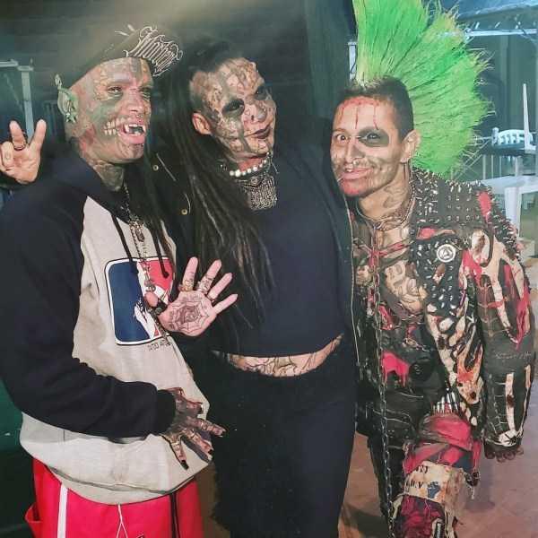 трое парней с татуировками на теле