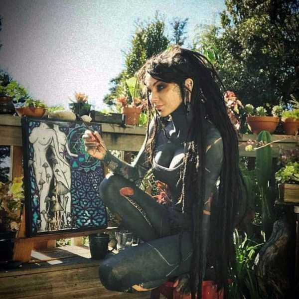 девушка с длинными черными волосами