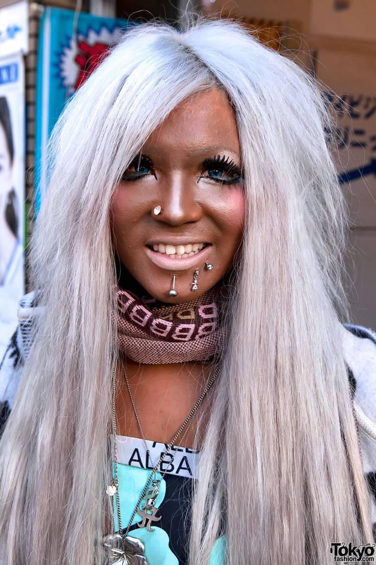 блондинка с искусственным загаром