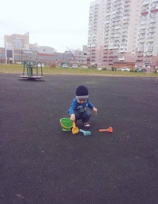 мальчик играет на асфальте