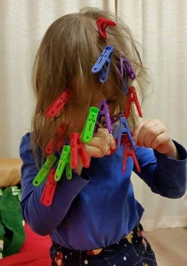 девочка играет с прищепками