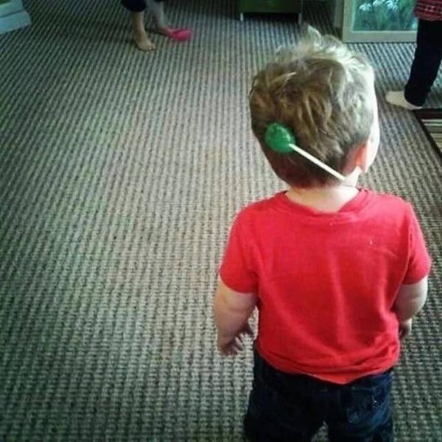 мальчик с конфетой в волосах
