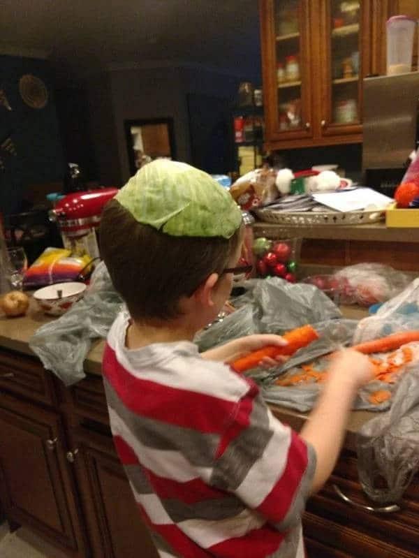 мальчик с капустой на голове