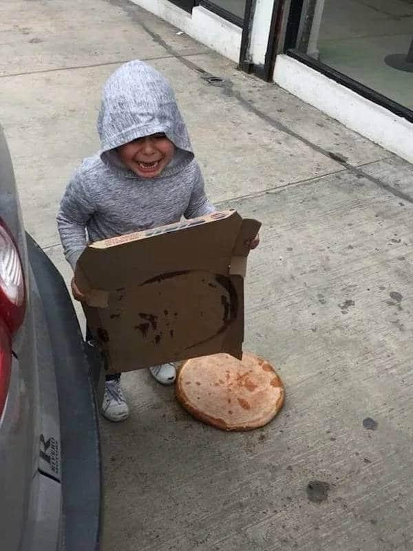 мальчик уронил пиццу