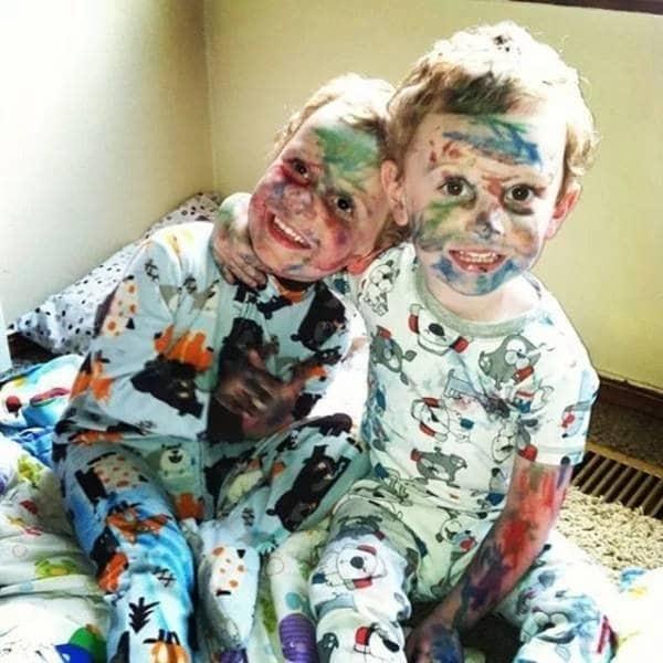 дети вымазались фломастерами