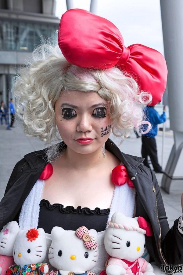 японка в белом парике и с красным бантом