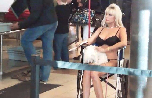 блондинка в нижнем белье с пуделем