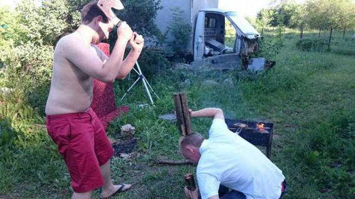 мужчины колят дрова