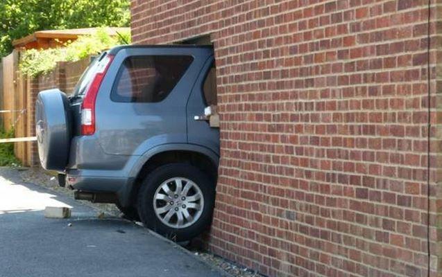 машина в стене