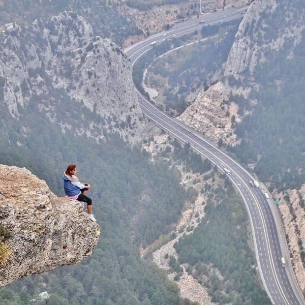 девушка сидит над обрывом