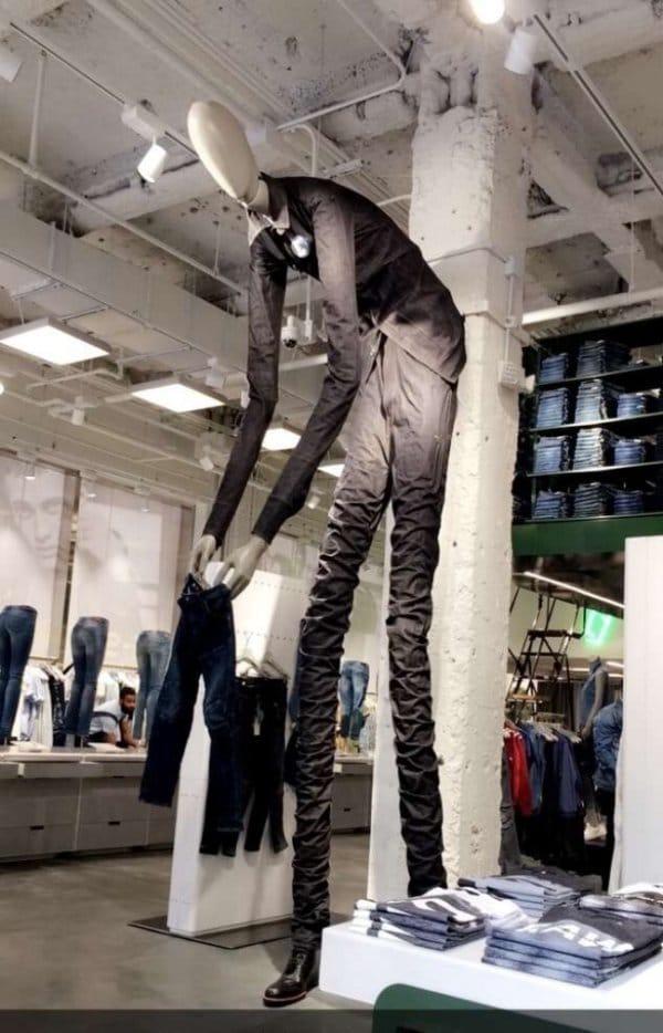 длинный манекен в магазине