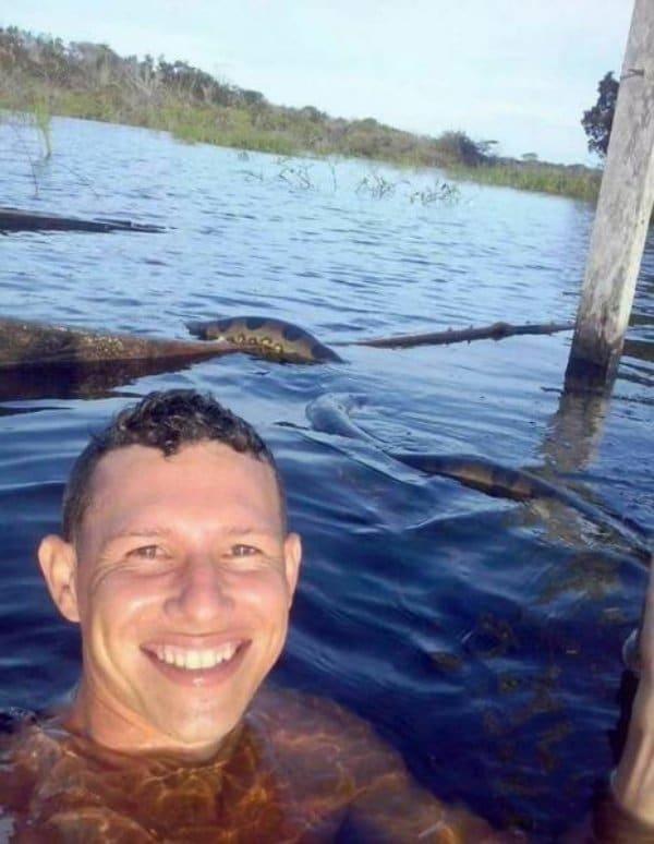 селфи мужчины в воде со змеей