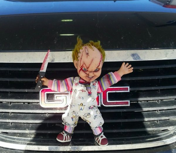 кукла чаки на бампере машины