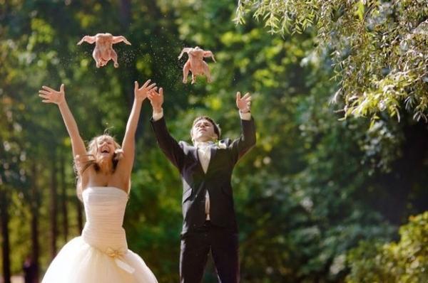 жених и невеста подбрасывают в воздух куриц