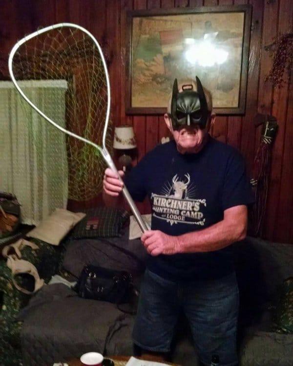 дедушка в маске бэтмена с сачком в руках