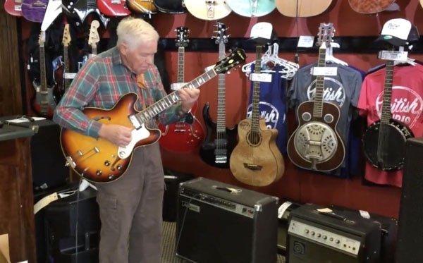 старик с гитарой