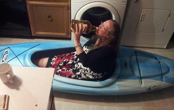 старушка в лодке для рафтинга