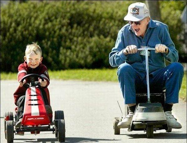 дед и внук на машинках