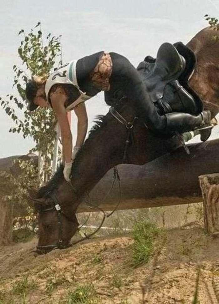 наездник падает с лошади