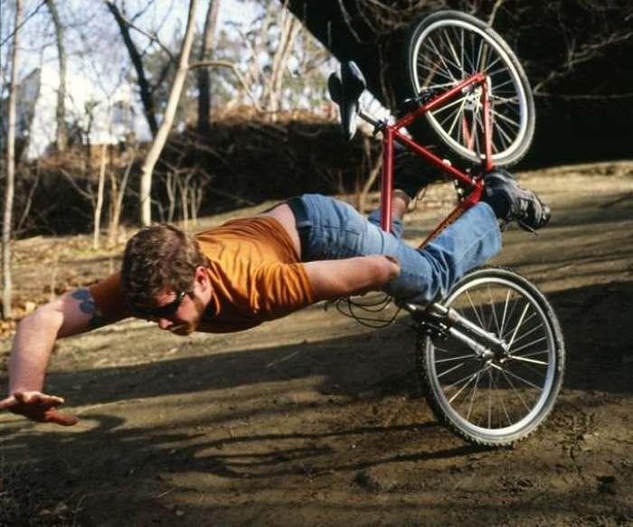 парень падает с велосипеда