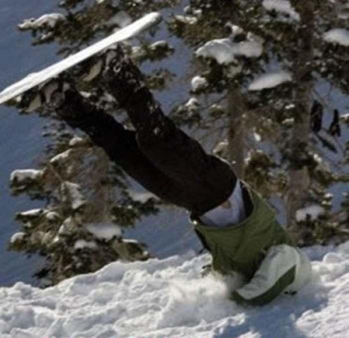 лыжник торчит из сугроба