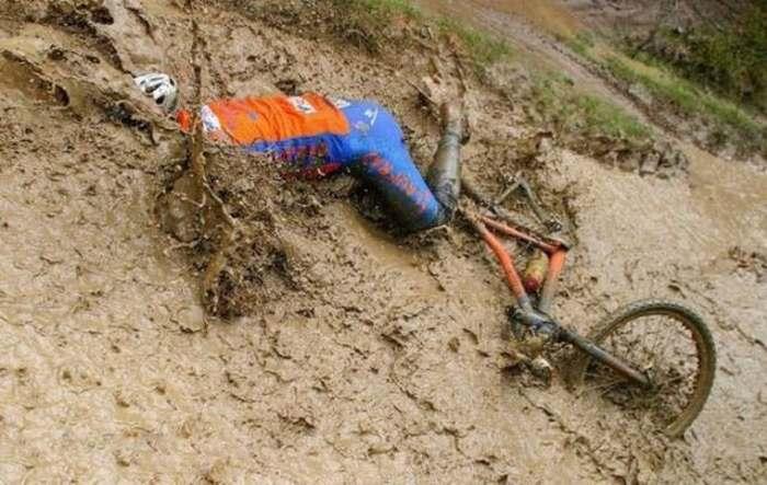 велосипедист упал в лужу