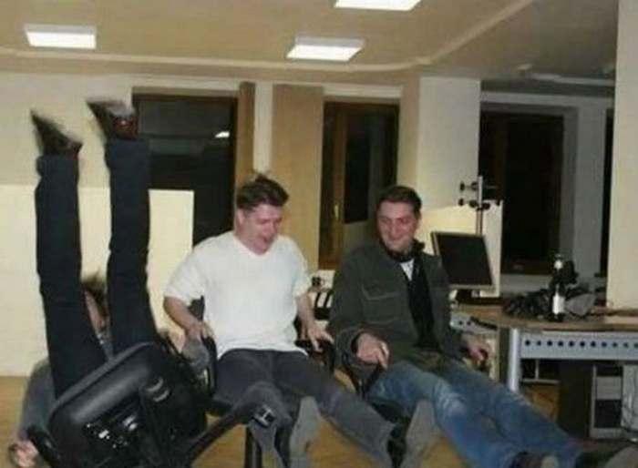 парень падает с кресла