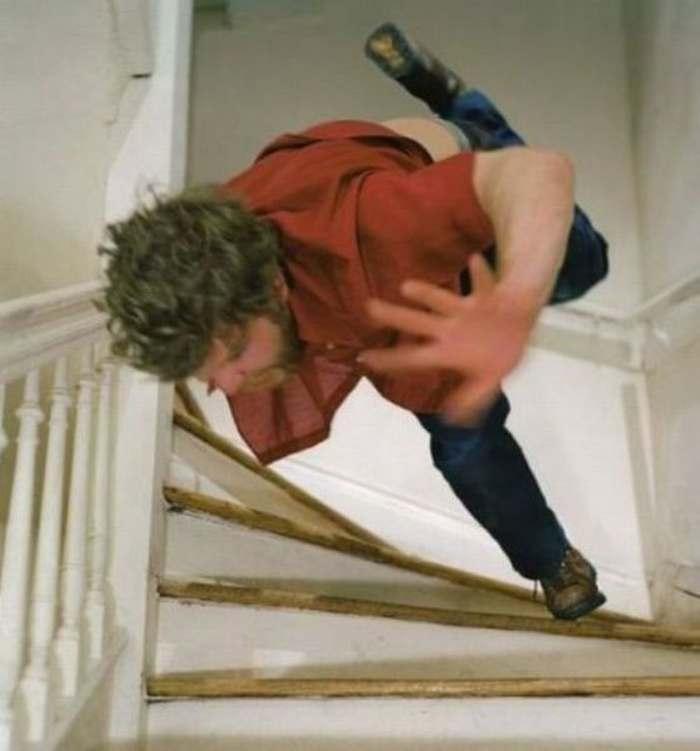парень падает с лестницы