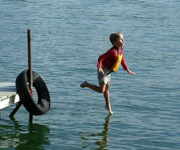 мальчик падает в воду