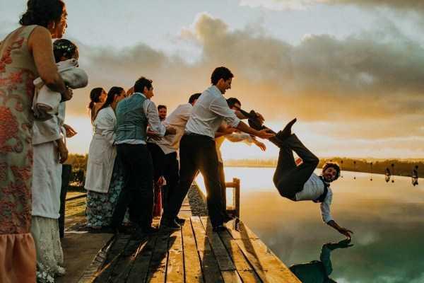гость падает в воду на свадьбе