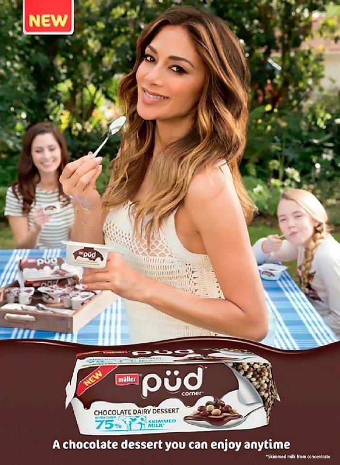 девушка с йогуртом