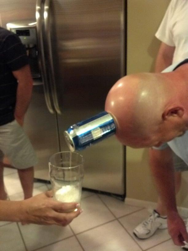 мужчина наливает головой пиво