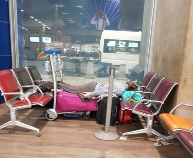 женщина спит на вокзале