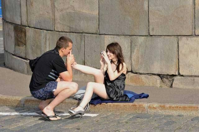 парень целует ноги девушке