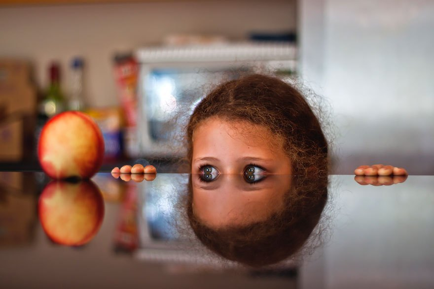 девочка смотрит из-под стола