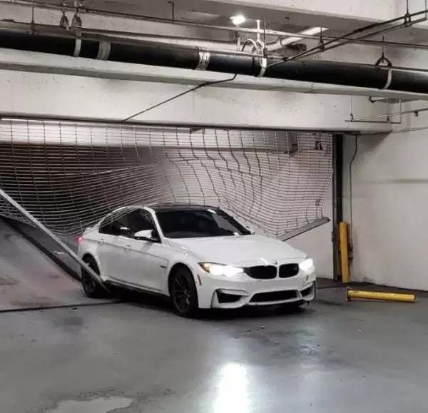 машина въехала в решетку
