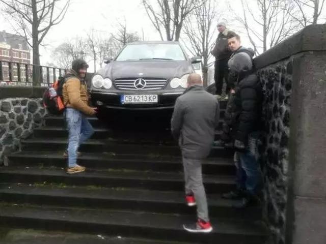 машина на лестнице