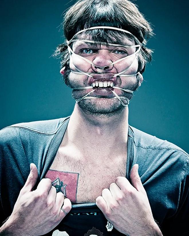 резинка на лице у мужчины
