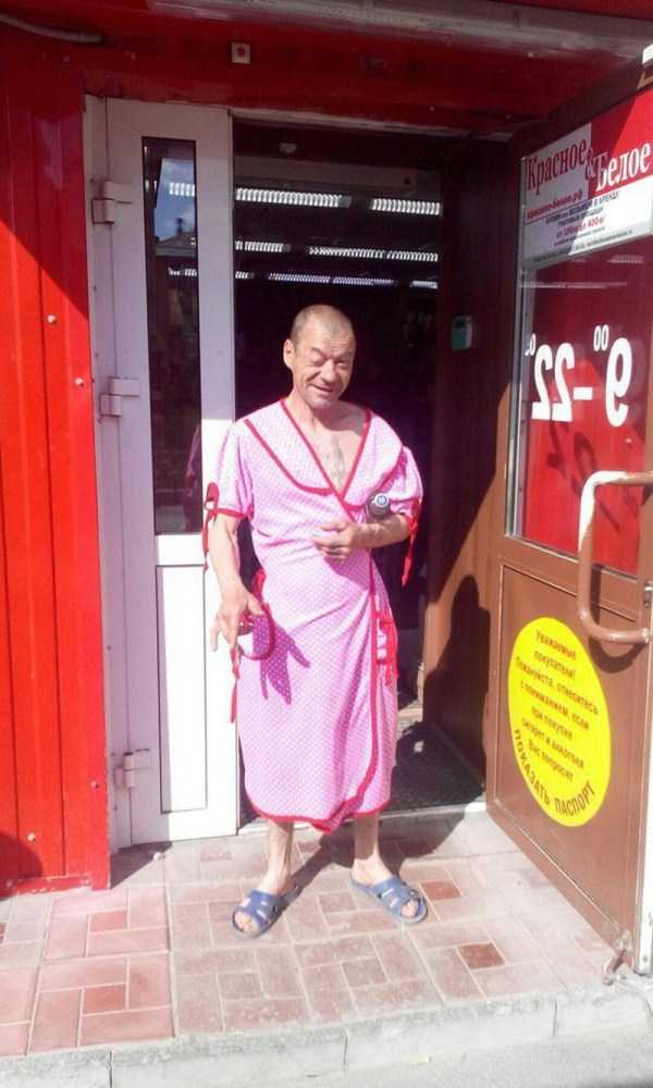 мужчина в розовом халате