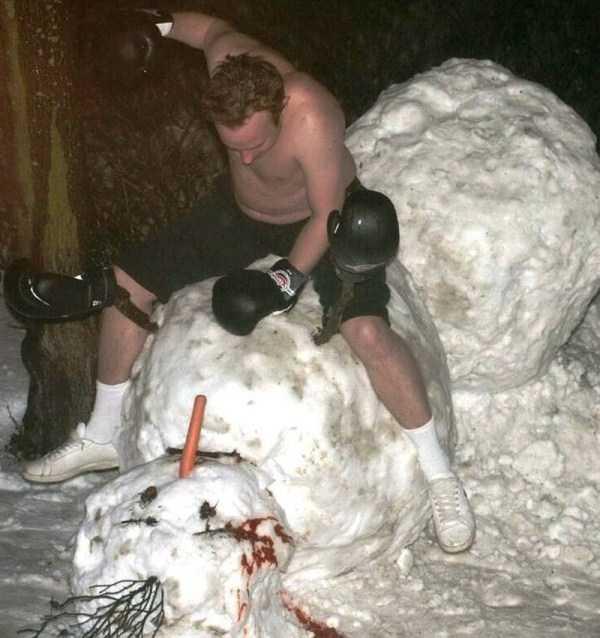 мужчина бьет снеговика