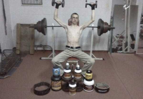 худой парень в спортзале