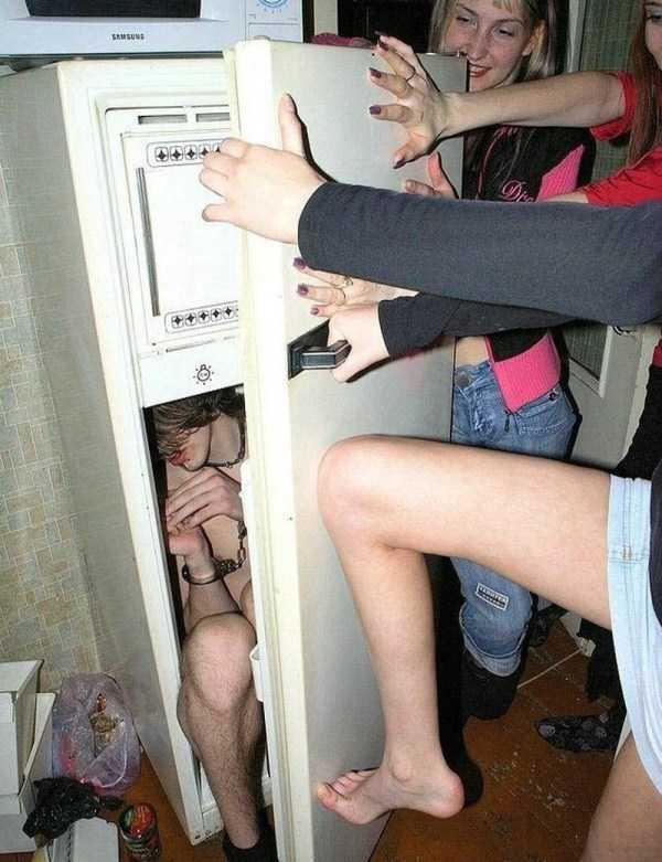 парень в холодильнике