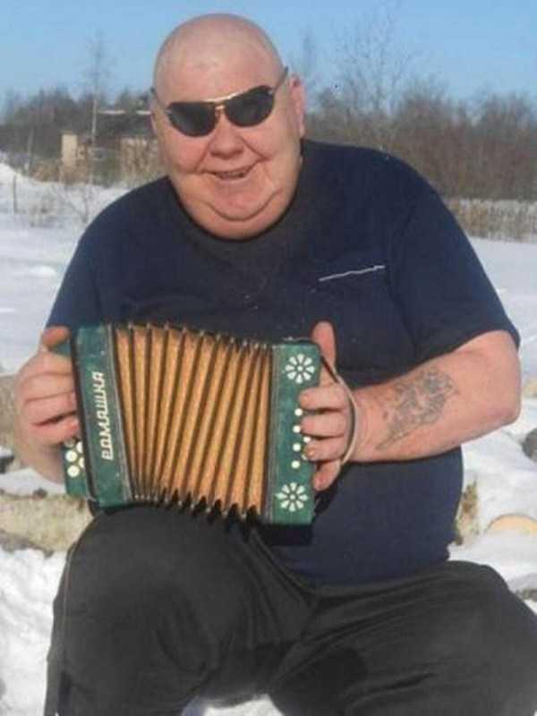 мужчина играет на гармони