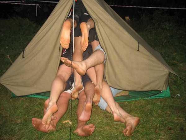 ноги торчат из палатки